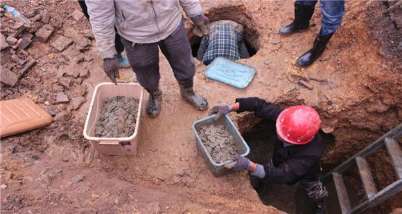 村民盖房打地基 发现8000多斤千年古币