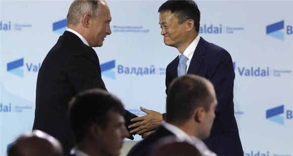 马云在俄罗斯出席活动 与普京亲切握手