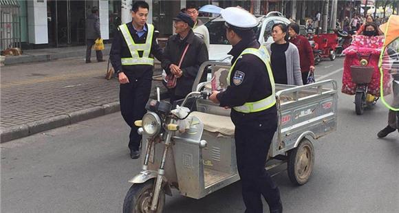 老人骑车卖菜撞伤人却赚了360元 真相温暖