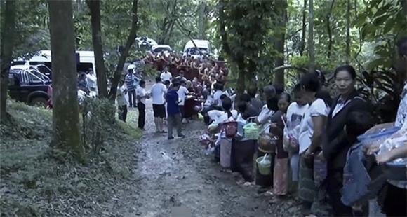 高僧与世隔绝修行3年多 出洞后村民排队瞻仰