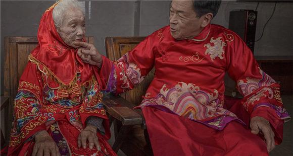 75岁儿子和96岁母亲拍婚纱照