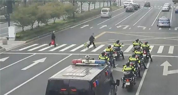 杭州街头十几辆特警车集体做了一个动作被点赞