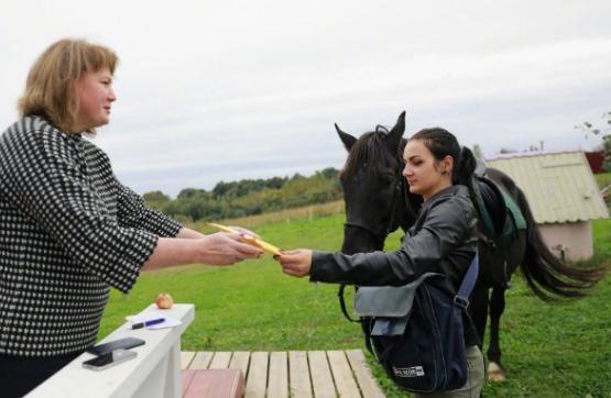 俄23岁美女骑马送快递去年双11一天送18个包神鹰火箭助推滑翔机竟时赛图片