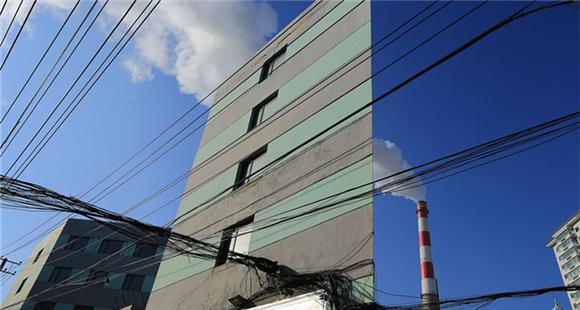 """哈尔滨现""""纸片楼"""" 侧面看薄如纸张"""