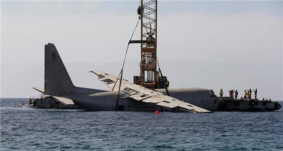 不差钱!军用运输机被扔大海当珊瑚礁