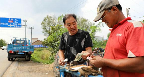 千万富翁爱过穷日子 喂鸡喂鸭还爱收废品