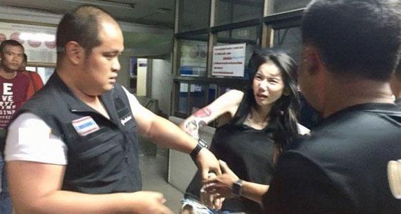 美女网红非法持有电子烟 被拘时撒泼拒捕
