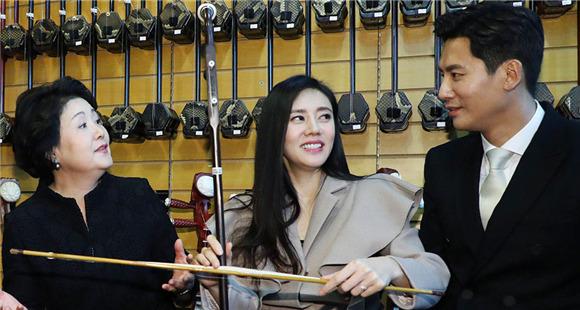 秋瓷炫夫妻拉二胡甜蜜对视 不顾身旁韩国第一夫人
