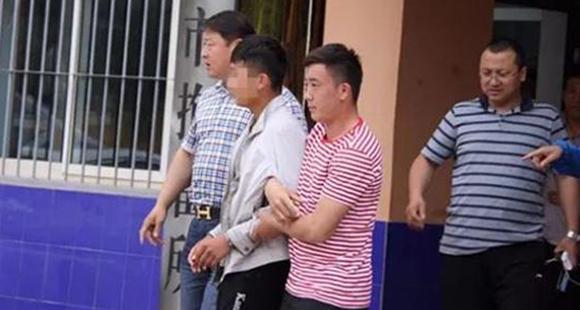 男子踩踏成吉思汗挂像 拍成视频上网传播获刑