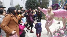 广西:冷风中上演维秘模仿秀