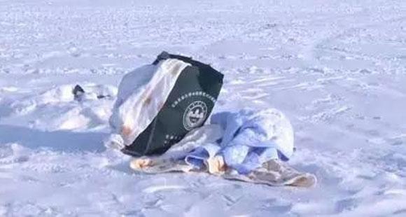 """男子在冰封江面上发现""""包裹"""" 打开一看当场吓蒙"""