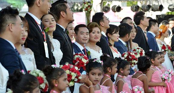 50对中国新人斯里兰卡办婚礼 总统发结婚证