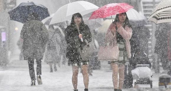东京大雪 女生光腿短裙雪中行