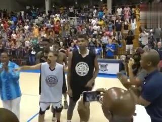 21号新秀好久不见!邓肯昨日参加了一场篮球赛,并且得到了维京群岛政府的官方表彰