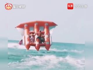 这皮艇厉害了,海面玩着玩着真飞起起来了,成飞艇了