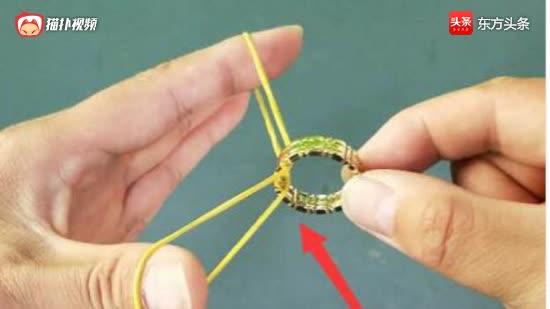橡皮筋不取下来,也能拿出戒指!最简单的纯手法魔术!学会可撩妹