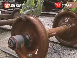 火车轮也要以旧换新, 新的轮子直接卡进去不用上螺丝
