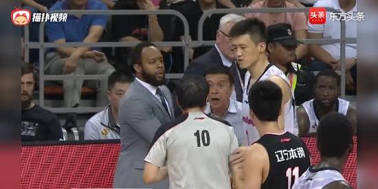 裁判怂了?广东队老板怒推裁判被吹技术犯规,居然不给辽宁队罚球