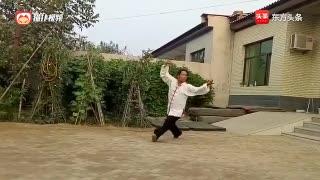 民间武术高手贾艳辉先生在自家小院里演练的游身八卦掌