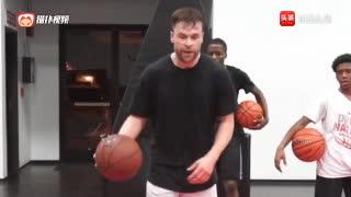 篮球教学:训练师泰勒一组运球技能包!把每一个动作做清晰!