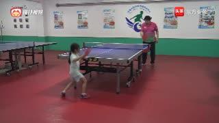 小女孩乒乓球正手攻、反手拨左右结合训练,这动作还比较有力吧