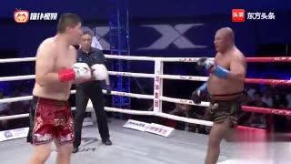 美国拳王开场挑衅中国巨人,结果居然装逼成功,全场暴打对手