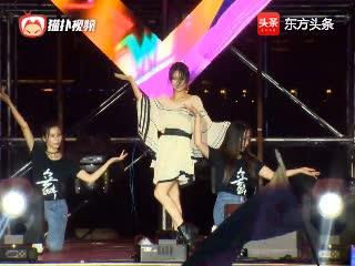 斗鱼直播节:阿冷舞台大跳《极乐净土》,原来跳舞中的阿冷这么美