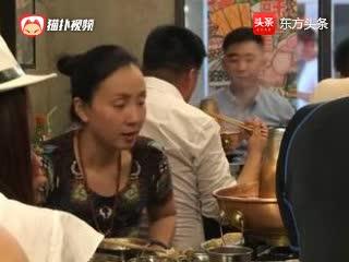 网友偶遇小陶虹餐馆用餐 素颜打扮接地气 扎丸子头发际线堪忧