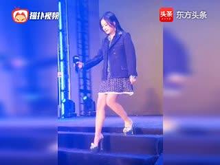 赵薇一袭短裙现身活动,女神笑起来那一刻太美了