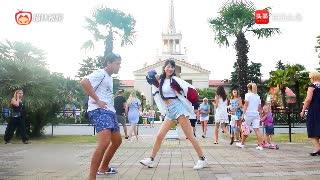 中国美女热舞的时候,男老外凑上来想一起跳,但是中国美女不理他