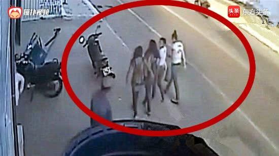 四名女大学生正边走路边聊天£¬下一秒她们惨遭团灭£¡