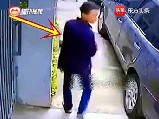 小伙子走到车边,突然把烟扔掉,霸气的画面被视频拍下