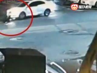 女司机遭自己车碾压后挣扎着爬起 监控还原现场