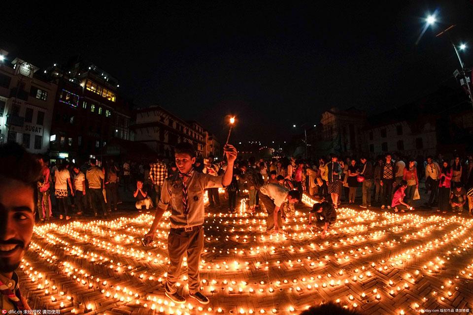 民眾點燃蠟燭,舉行燭光守夜活動,紀念尼泊爾地震一周年.