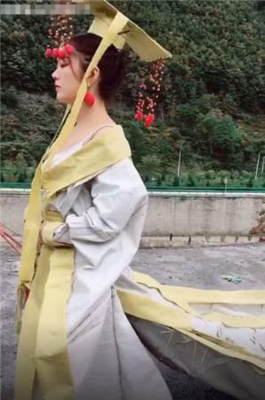 女子身穿大汉龙袍走在马路上,村民看清楚后,直接选择报警!