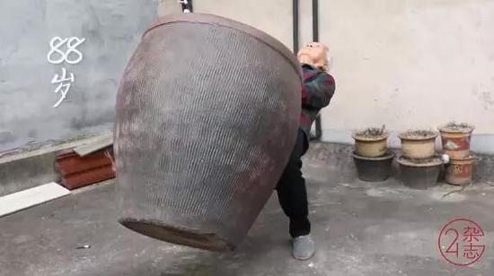 """厉害了!88岁""""大力奶奶"""":能做一字马、能撬起快80斤的水缸"""