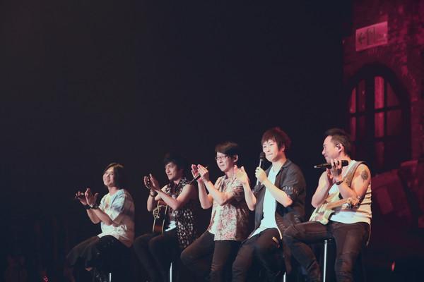 五月天演唱会歌迷站完全程 遭粉丝责骂引众怒