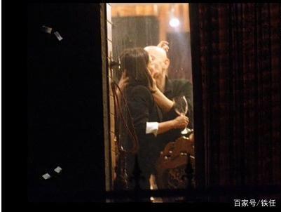 赵薇婚内出轨?聚餐时和男子举止亲密 敲脸求亲亲