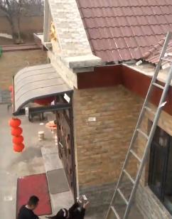 最硬核抢红包!男子爬上屋顶撒钱 亲友在下面疯抢