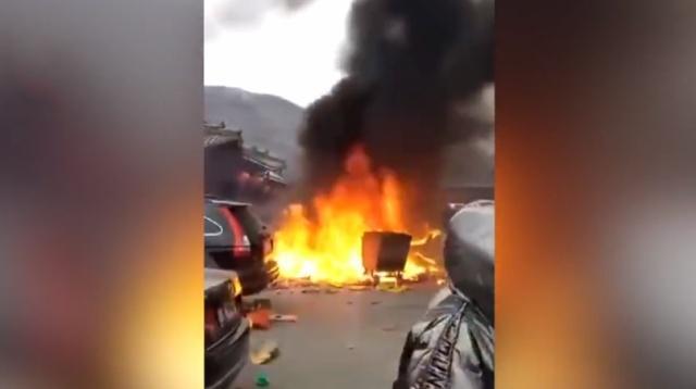 五台山香炉被烧塌,游客继续烧香祈福