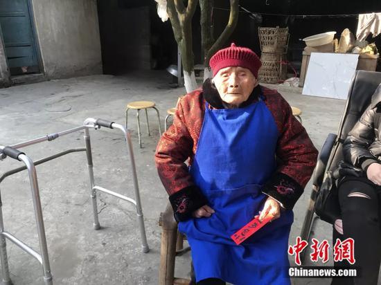 """最牛""""00后""""!老人出生在清朝 家中现已六世同堂"""