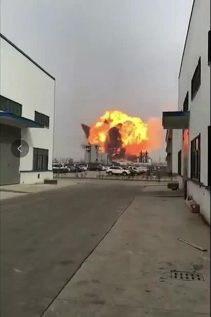 江苏盐城化工厂发生猛烈爆炸,现场火光冲天,已致44人死亡,危重32人,重伤58人