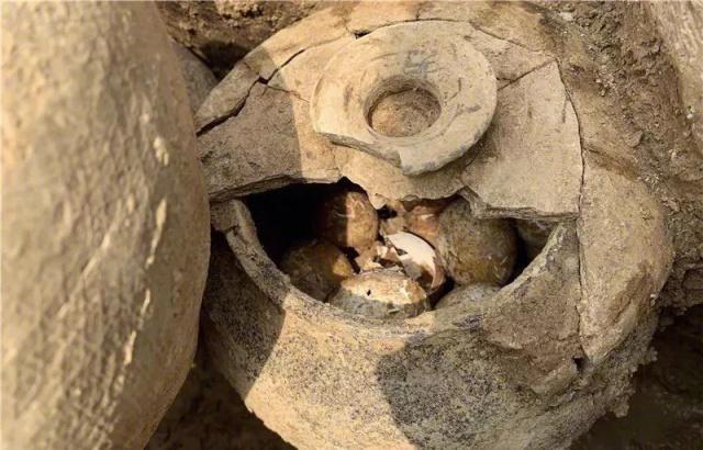 2500年�x二文�W前古墓挖出春秋�r期�u蛋 �M�M一罐完好�o�p