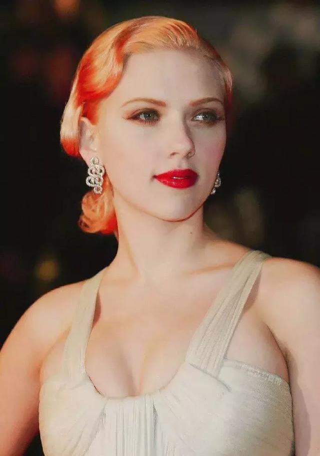 她是无数人性幻想的对象,从9岁出道到100亿女星惊艳了世界