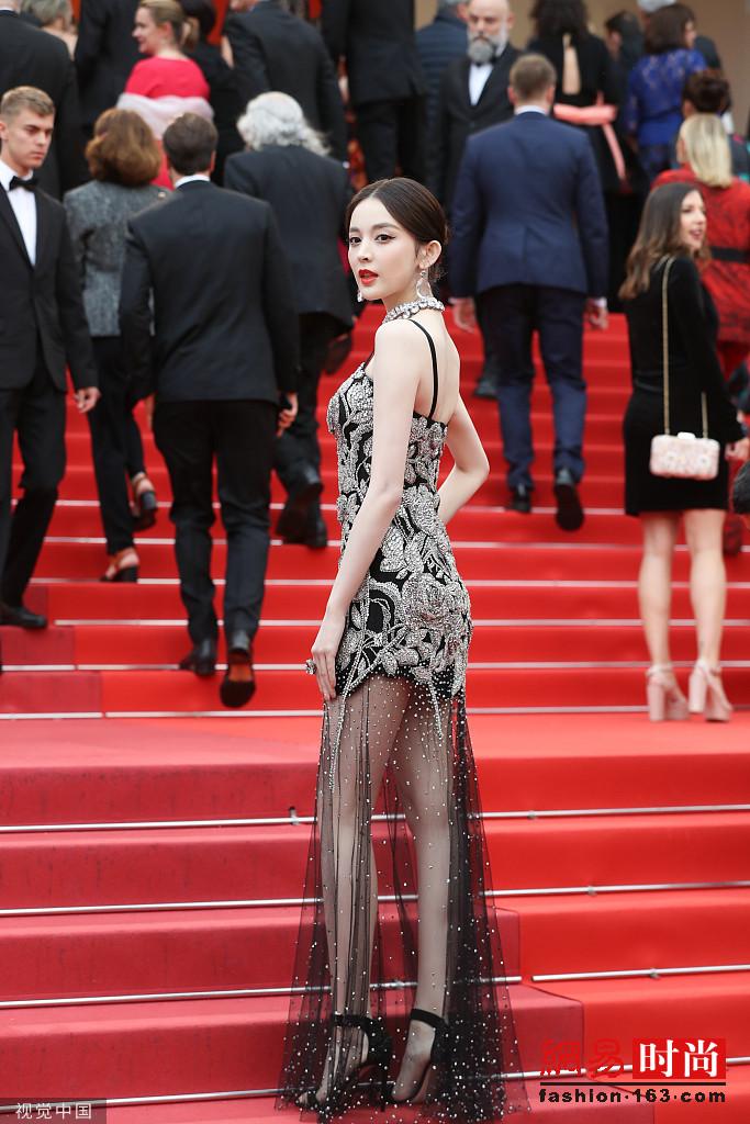 娜扎穿硬核玫瑰裙现身戛纳红毯性感又华贵