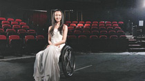 她是張藝謀最愧疚的人,高臺摔下輪椅過余生,今活出不一樣的自己