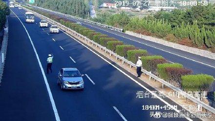 女子高速故障停车8分钟 交警看监控急吼:快下车!
