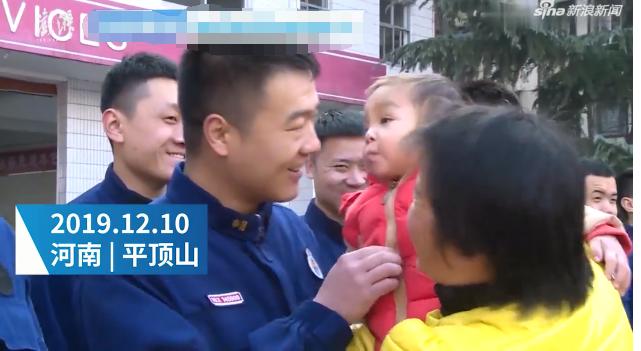 男童坠井被救 几天后挨个亲吻消防员致谢